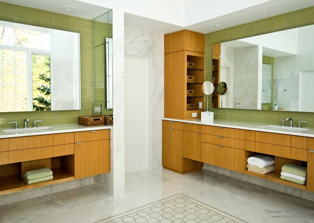 Большие зеркала в интерьере просторной зеленой ванной комнаты