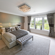 Благородное оформление портьер для спальни