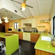 Салатовая столешница на кухне