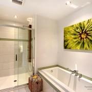 Для создания зеленого интерьера использованы зеленая картина и мыльницы