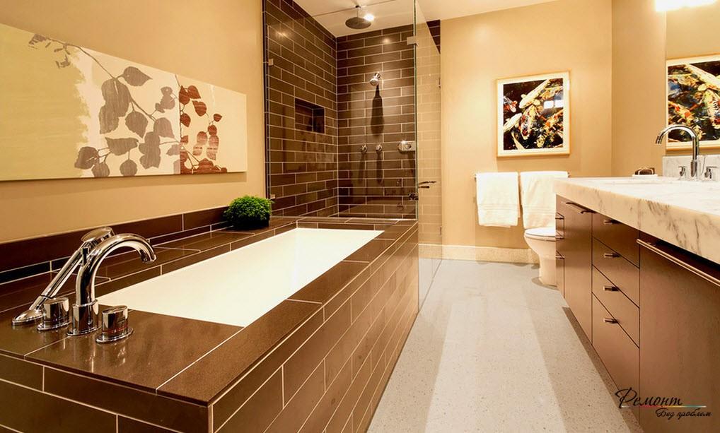 Интерьер ванной комнаты выполнен в теплых коричневых тонах