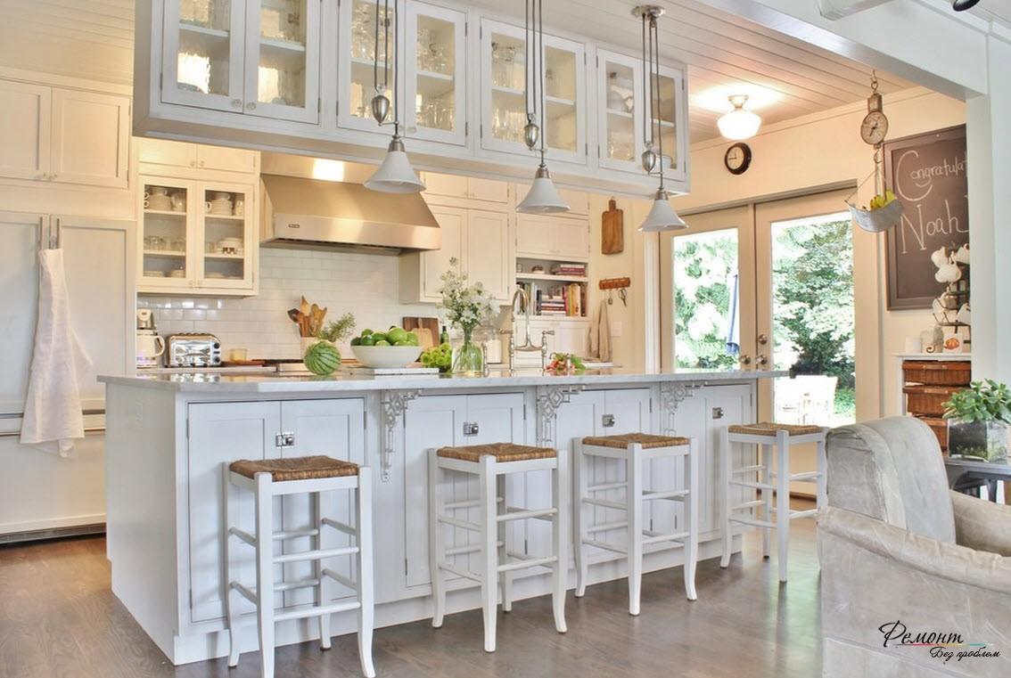 Дизайн светлой островной кухни в загородном доме