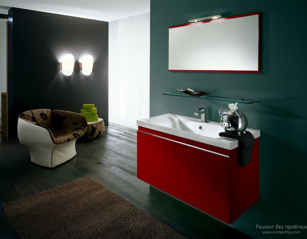 Красный цвет рамы зеркала и тумбочки