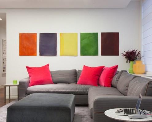 Цветные модули в гостиной