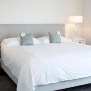 Спальня с белыми обоями