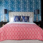 Обои в спальне перекликаются с декоративными подушками на кровати