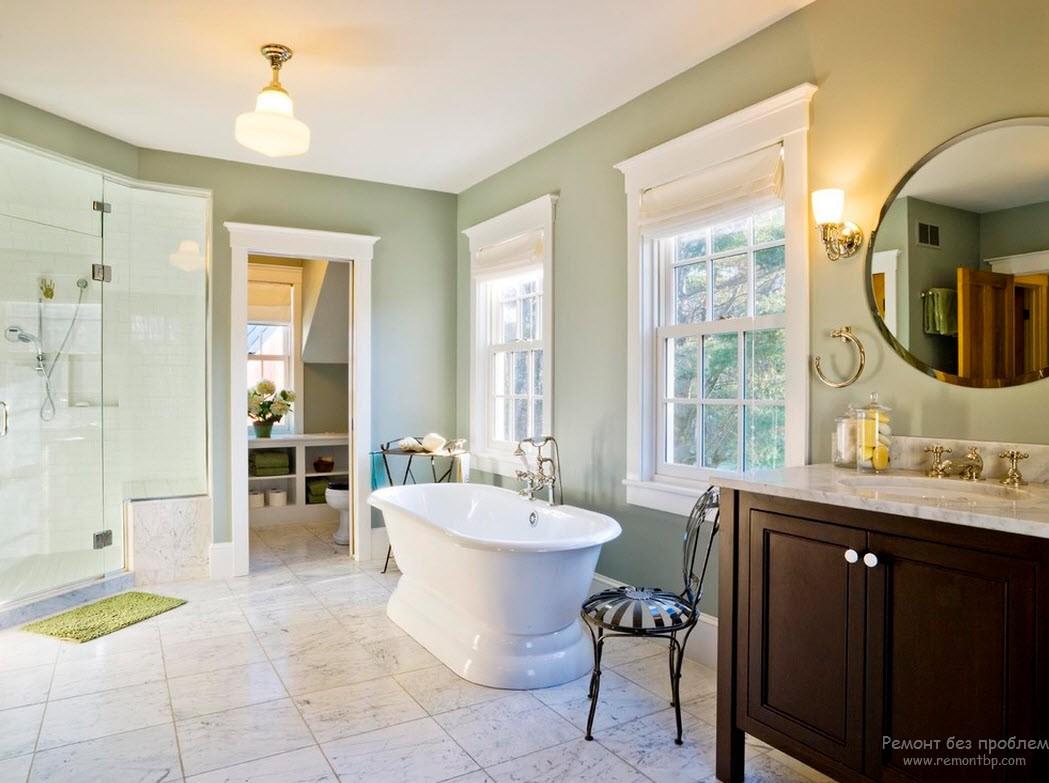Сочетание серо-зеленого, белого и коричневого цветов в интерьере ванной комнаты
