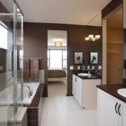 Красивый интерьер ванной комнаты оформленный в коричнево-белых тонах