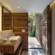 Изысканная простота деревянной ванной комнаты