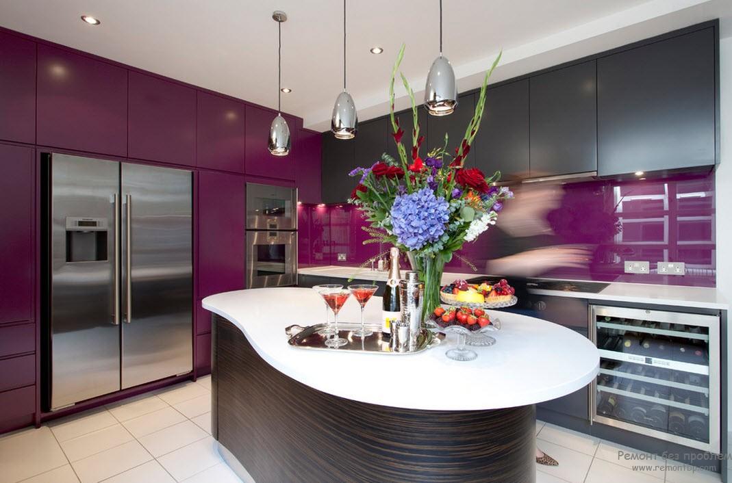 Оригинальная кухня в фиолетовом цвете