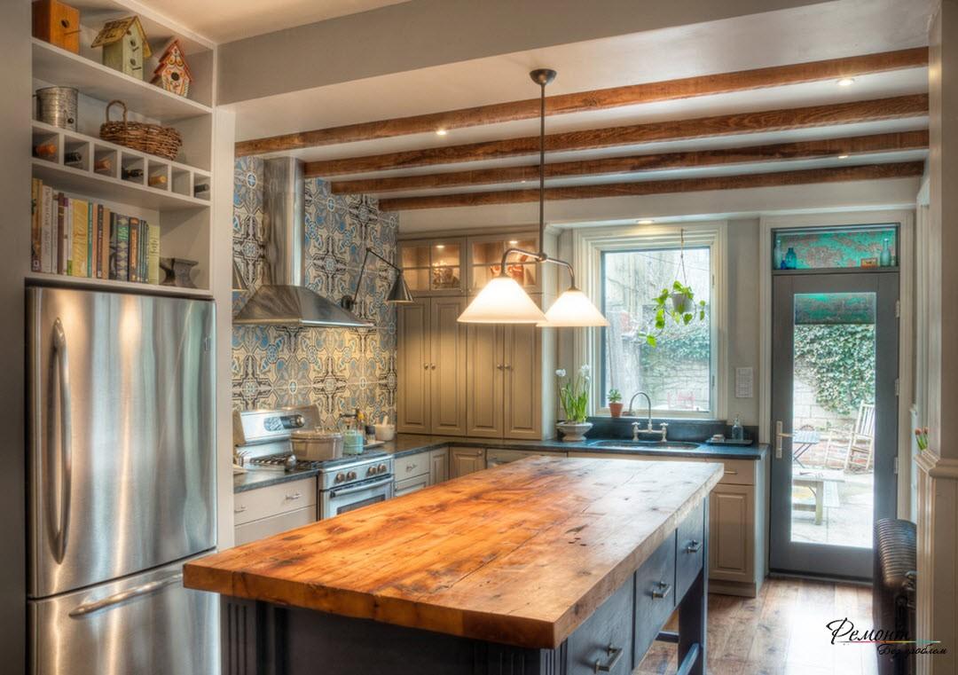Дизайн небольшой кухни с дверью