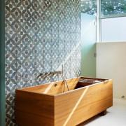 Современная деревянная ванная