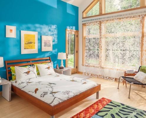 Бирюзовая стена в интерьере спальни