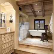 Красивый дизайн ванной комнаты с подиумом