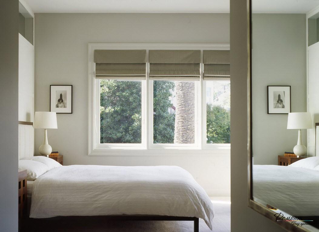Спальня с льняными римскими шторами
