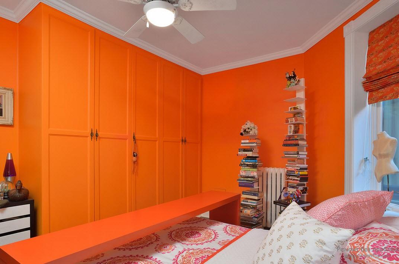 Жаркая комната в оранжевом цвете
