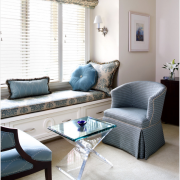Римские шторы с узором, дополняющим обивку мебели