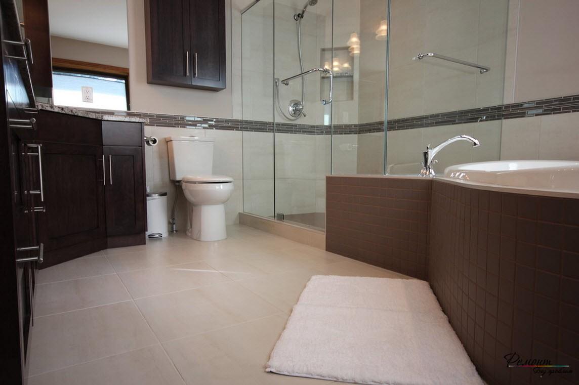Интерьер с угловой ванной более просторный