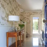 Обои с крупным рисунком служат ярким декоративным элементом в интерьере