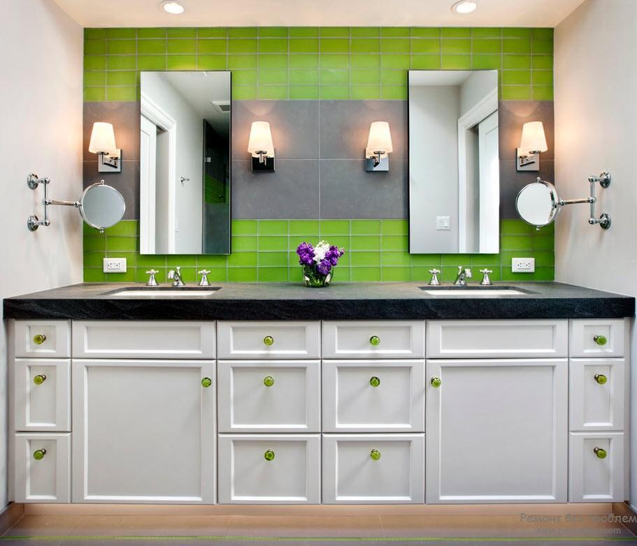 Сочетание насыщенного зеленого с белым подойдет даже для малогабаритной ванной комнаты
