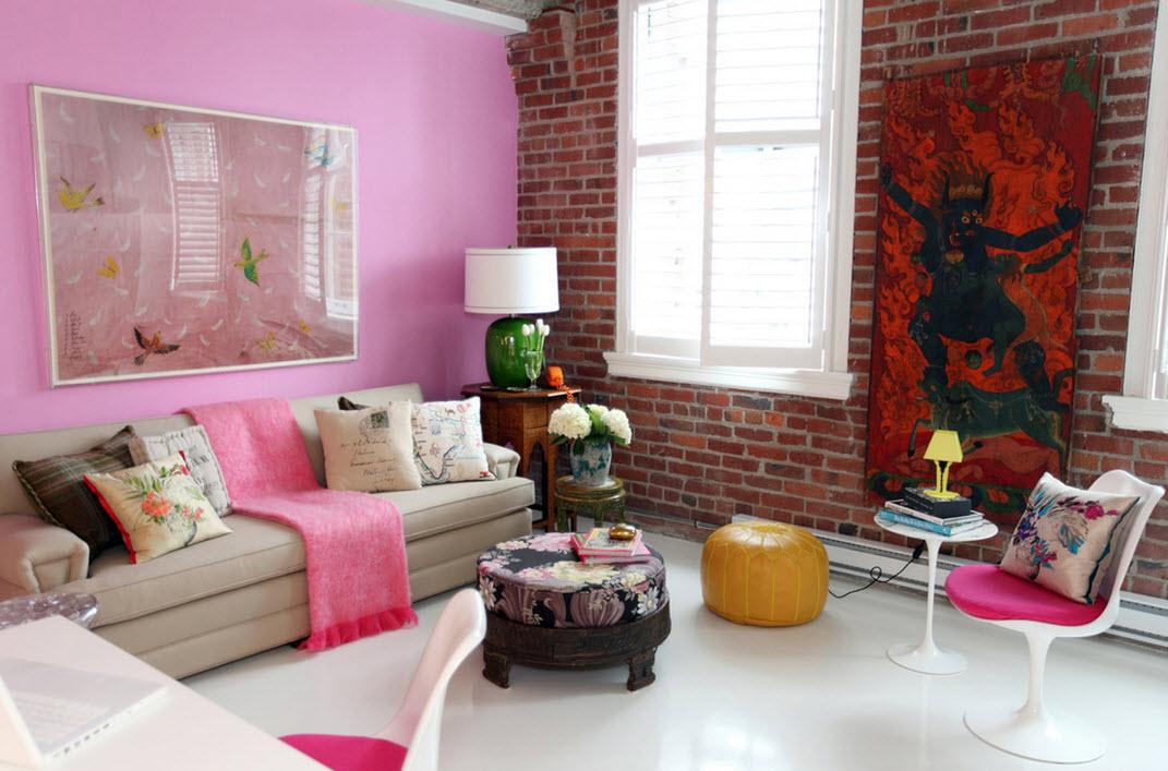 Комбинация розового и красного в интерьере гостиной