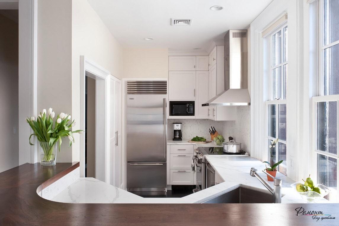 Правильно расставленная мебель поможет выделить зону кухни