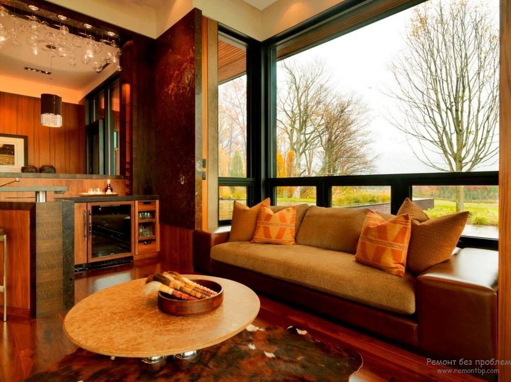 Обстановка эркера и гостиной выдержаны в одном стиле и цвете
