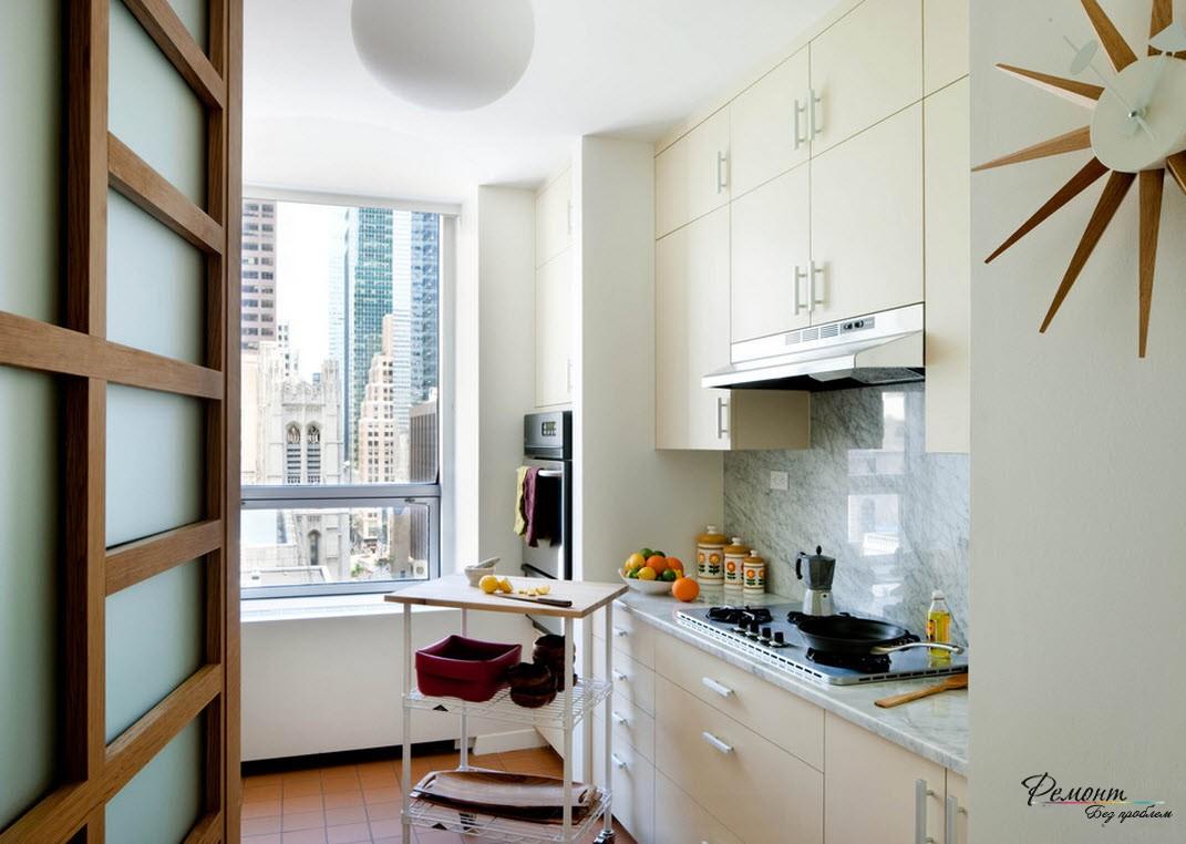 Хорошим вариантом увеличения пространства может быть демонтаж перегородки между лоджией и основной площадью квартиры