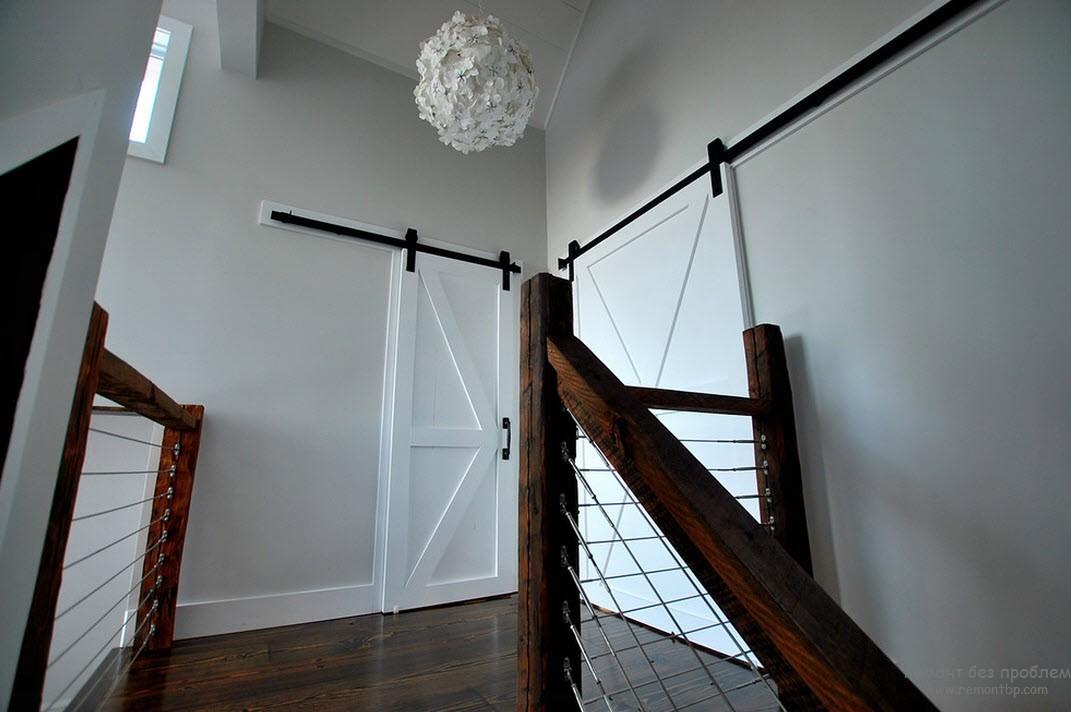 Интерьер с белыми дверями фото