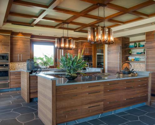 Дерево, мозаика и камень в оформлении кухонного интерьера
