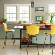 Желтые кресла в обеденной зоне