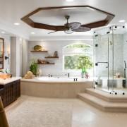 Красивый интерьере ванной комнаты, где душевая кабина располагается на подиуме