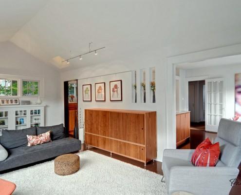 Гостиная со светлым ковром на полу