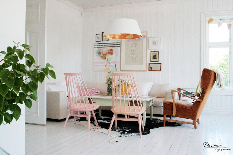 Розовые стулья в гостиной
