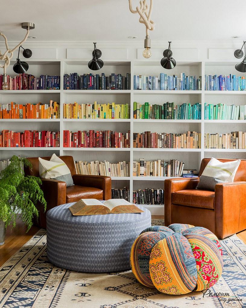Если собрать и расставить книшги по цветам, получится очень эффектный дизайн