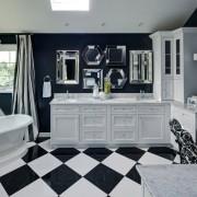 Пол в ванной выполнен плиткой в шахматном порядке