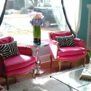 Для создания розового интерьера гостиной использованы только два кресла