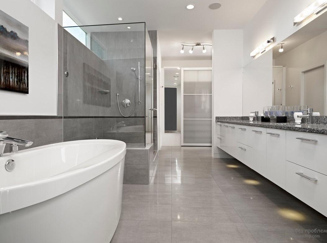 Глянцевый пол в интерьере серой ванной смотрится особо эффектно