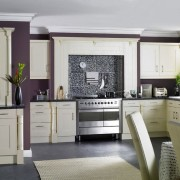 Белый гарнитур и темно-фиолетовая стена
