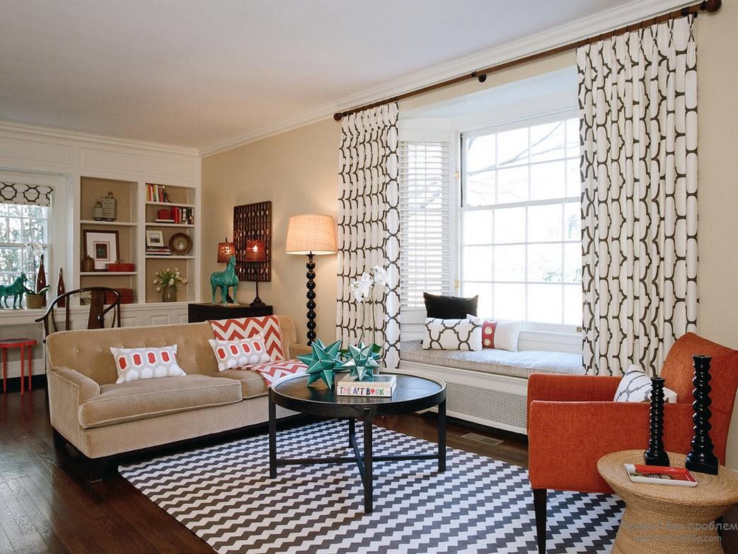 Сочетания рисунка и цвета объединяет гостиную и эркер