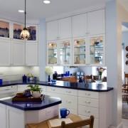Белая кухня с синим акцентом