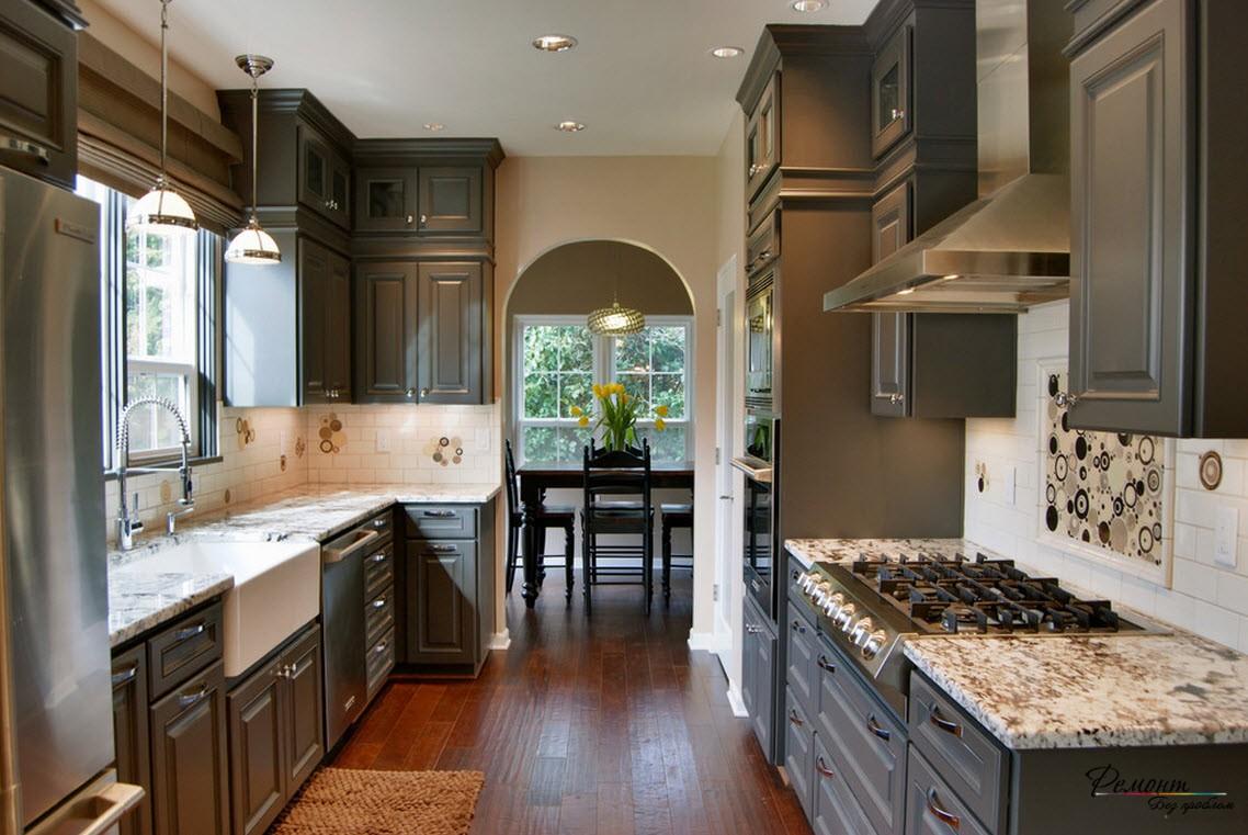 Эффектный дизайн небольшого кухонного помещения в загородном доме