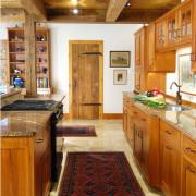 Стиль и комфорт деревянной кухни