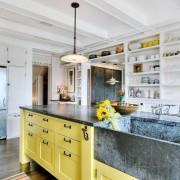 Желтый остров на кухне