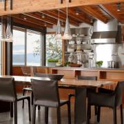 Современный деревянный интерьер кухни