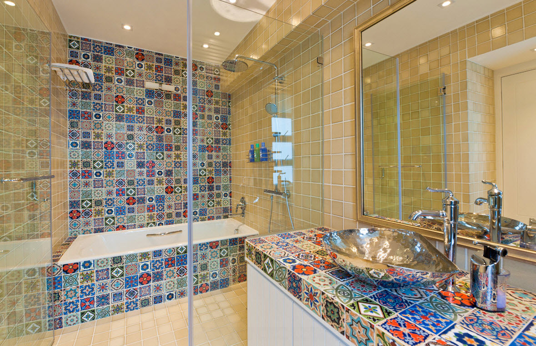 Разноцветные мотивы в ванной