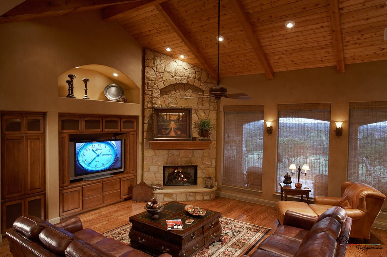 Эффектная гостиная с угловым камином, облицованным камнем