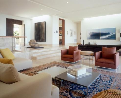Светлая гостиная с мягкой мебелью