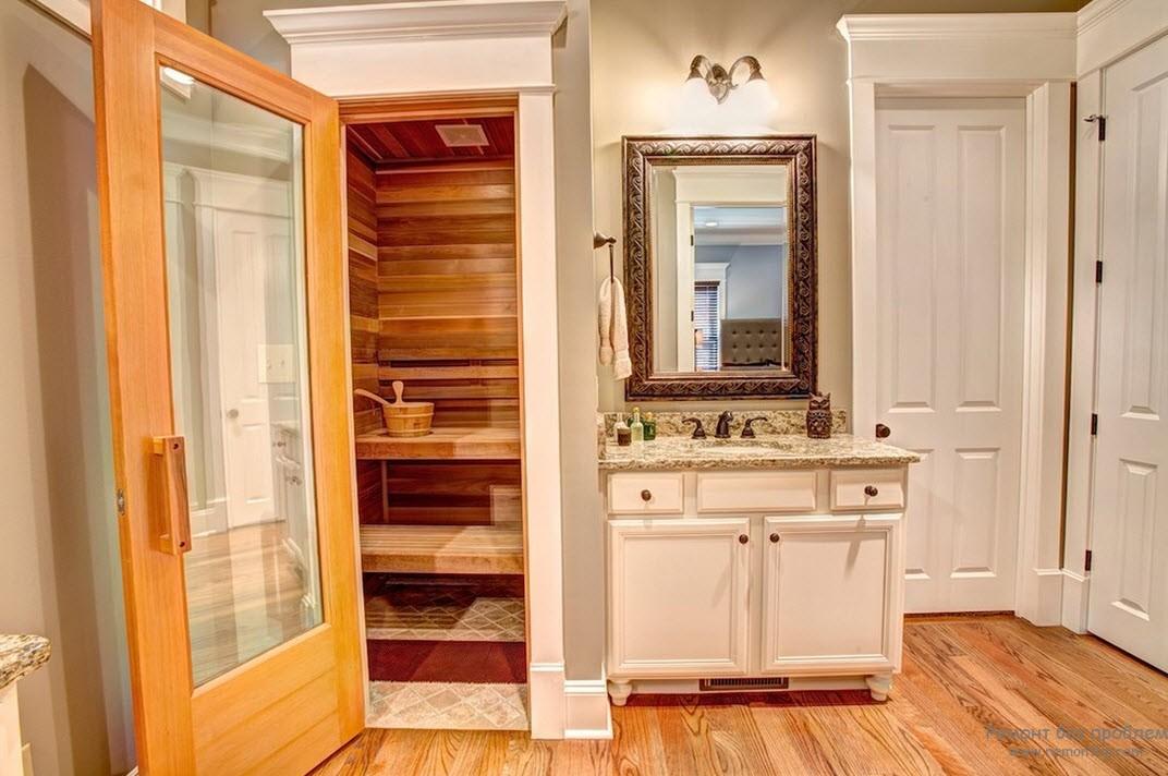 Небольшая сауна в нише ванной комнаты
