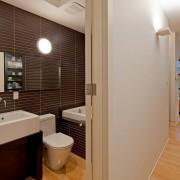 Дизайн бело-коричневой ванной комнаты